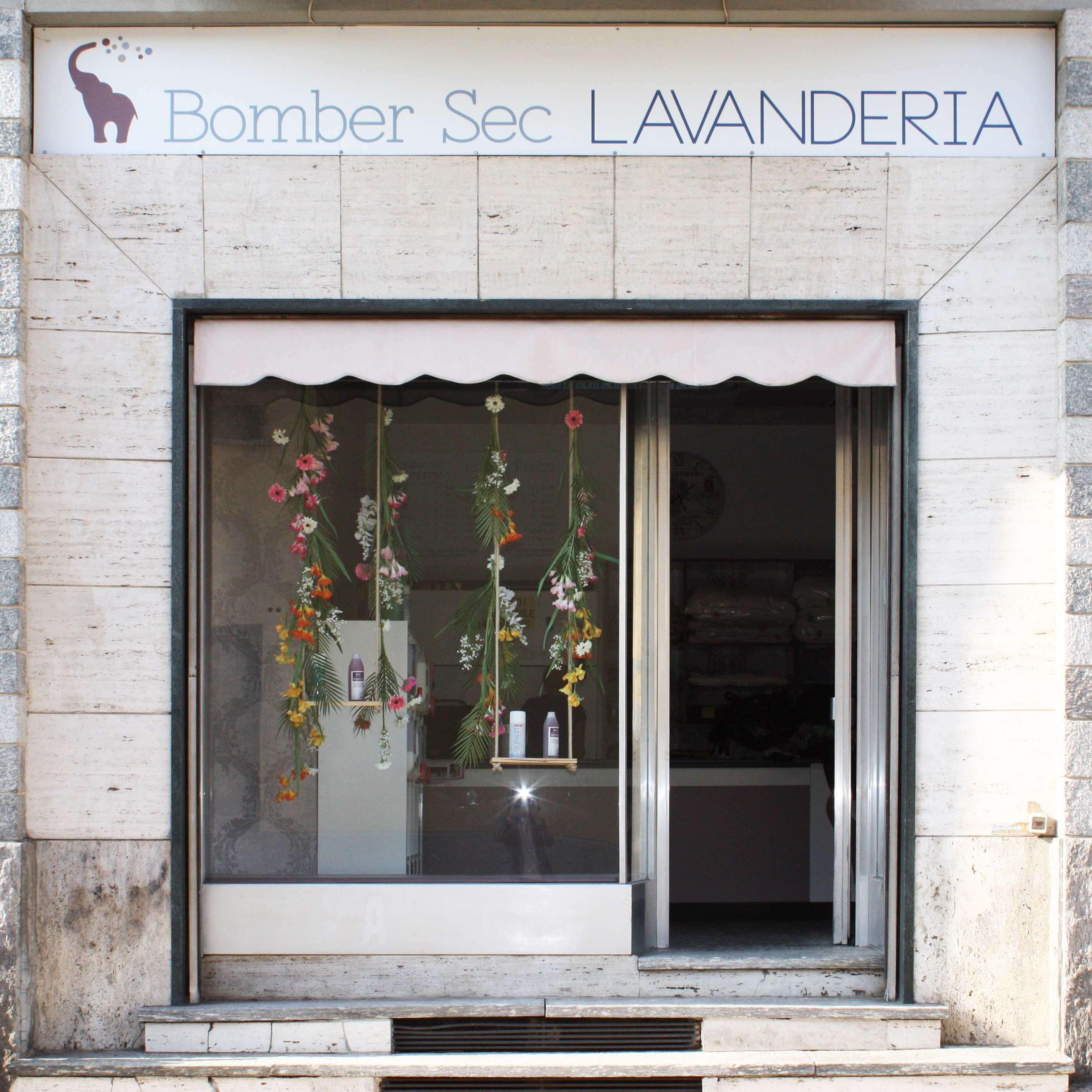 elisa_macchi_lavanderia_bombersec_vetrina_fiori