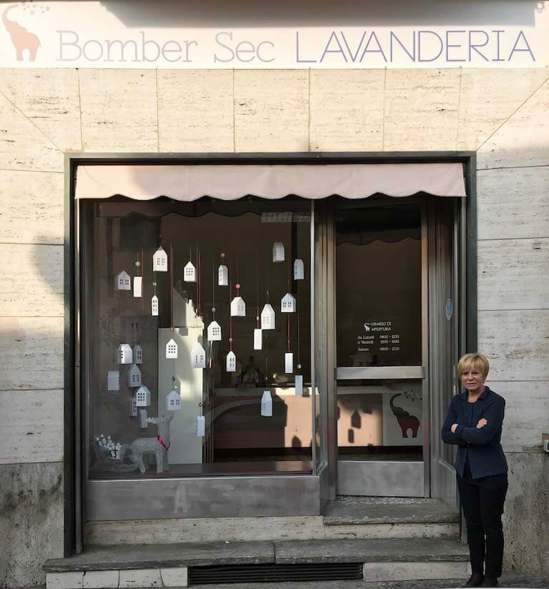 elisa_macchi_lavanderia_bombersec_vetrina_natale