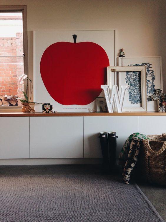Interno neutro con punto di rosso dato dal quadro Mela di Enzo Mari