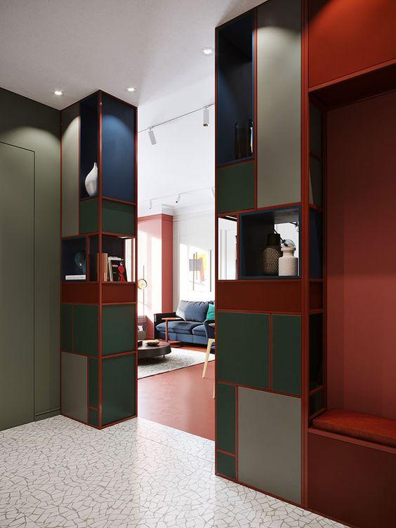 elemento separatore tra ingresso e living rosso verde e blu.