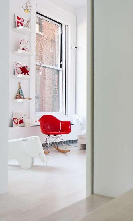 Interno neutro con poltroncina Eames Plastic Chair rossa.