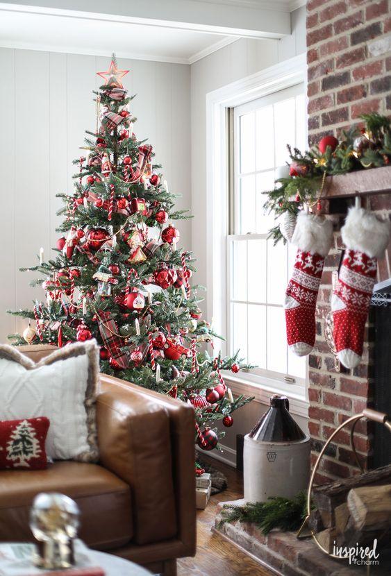 interno natalizio tradizionale, con toni di verde, bianco e rosso