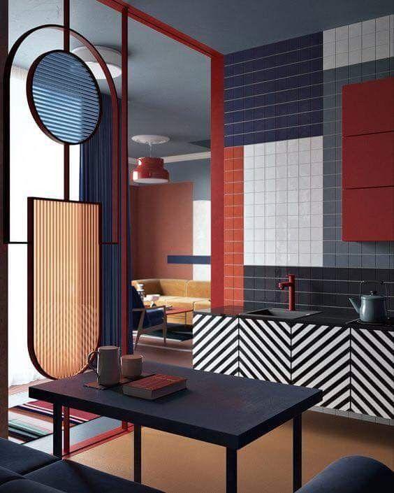 Cucina con colori monoblocco: rosso, blu, bianco e nero.