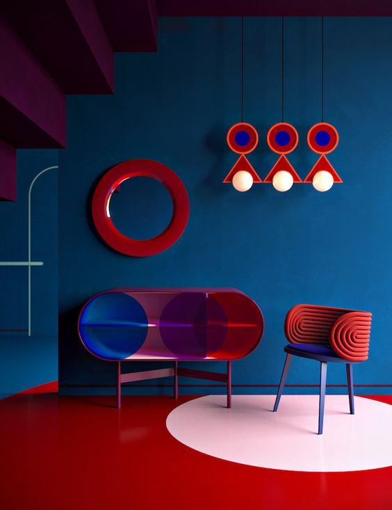 interno con toni pop dei colori rossi e blu